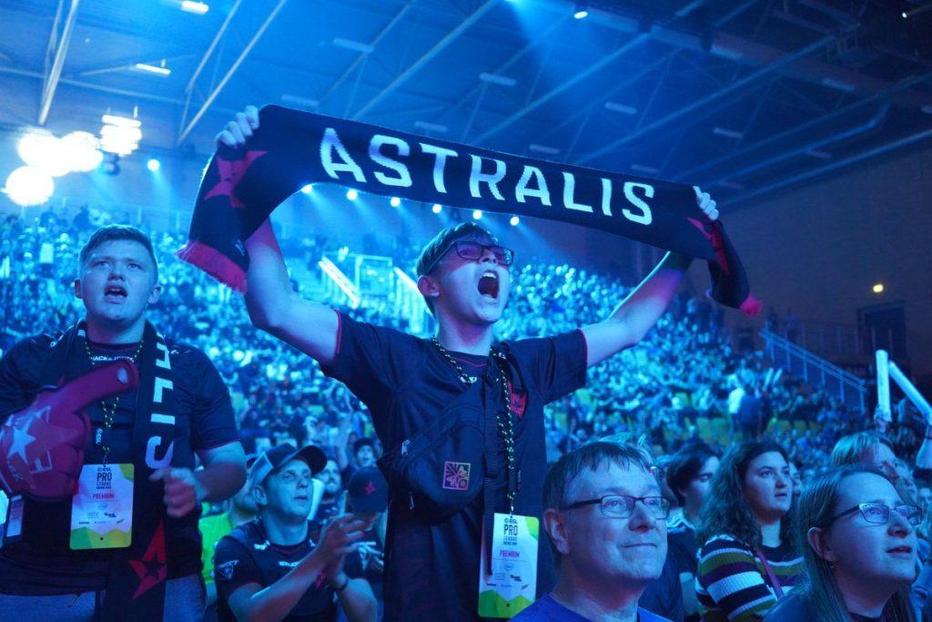 Astralis-Fan mit Schal bei einem E-Sports Event