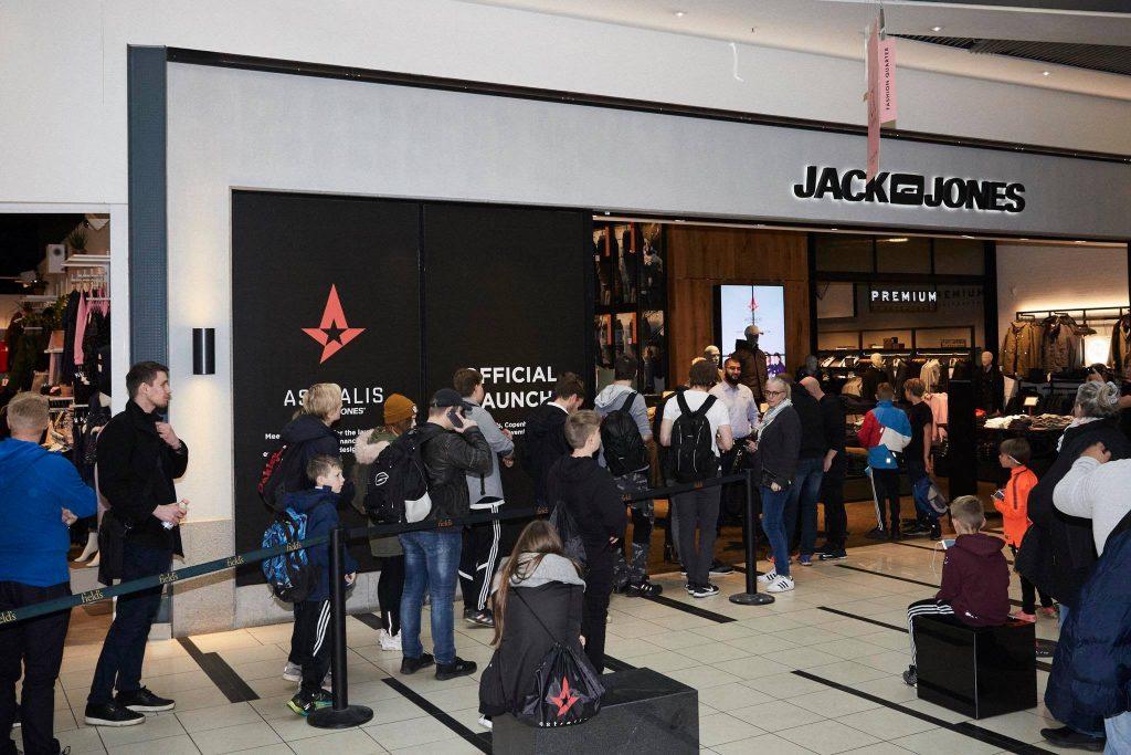 Astralis mit Jack & Jones Sponsoring, Warteschlange vor einem Store