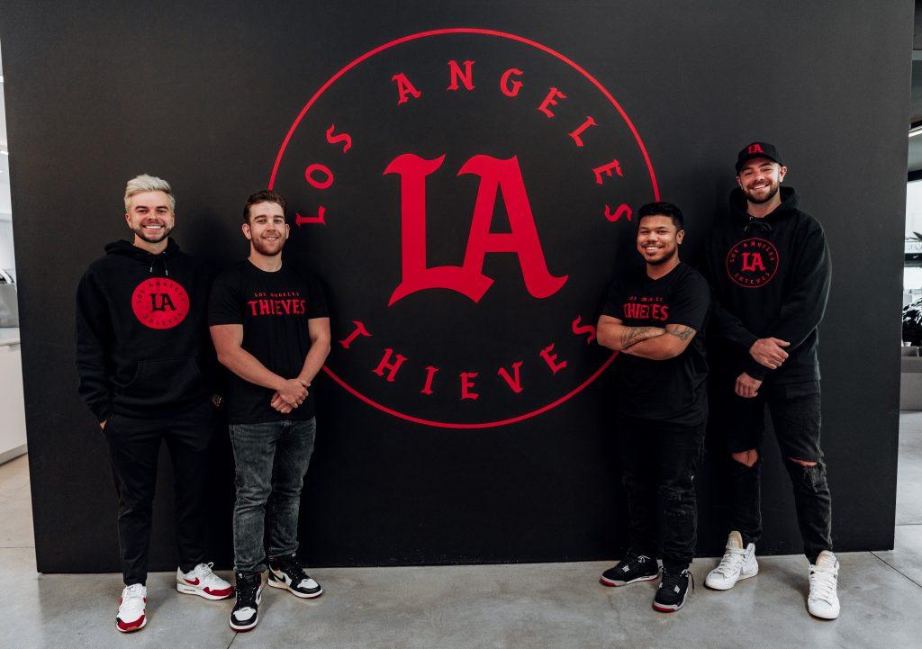 LA Thieves mit nadeshot und Call of Duty Spielern vor dem Logo