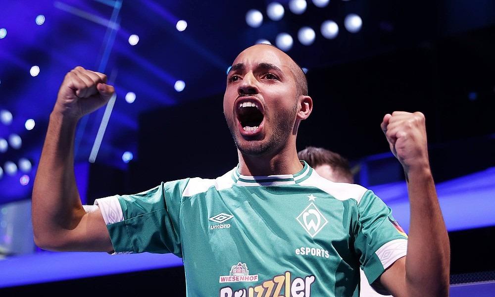 MoAuba im Trikot von Werder Bremen bei einem FIFA E-Sports-Event